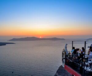 Περιμένοντας τo ηλιοβασίλεμα της Σαντορίνης.<br>Αξέχαστη εμπειρία ή τουριστική ατραξιόν;